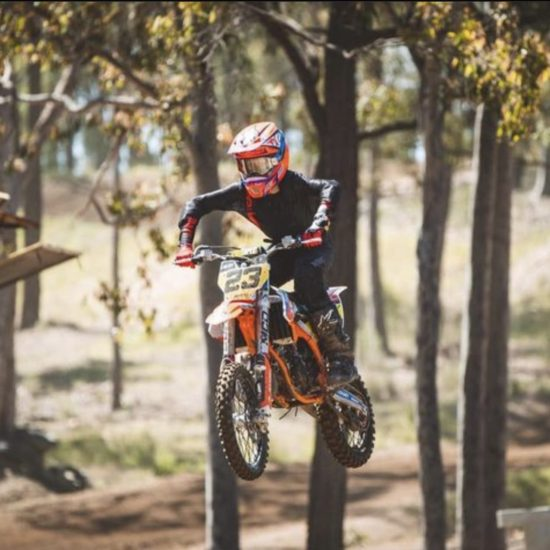 Lachlan Morris in the pinned - Fluoroyellow/black Mx gear